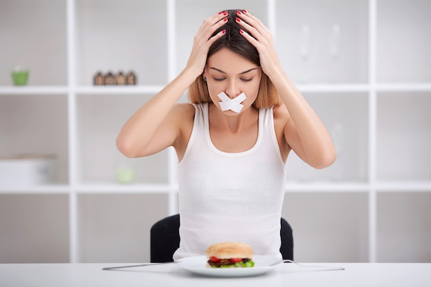 Dieta. alimentação não saudável. comida sem qualidade . garota não come junk food