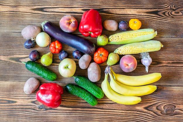 Dieta comida vegan vegetariana para jantar com salada de frutas e vegetais frescos no fundo de madeira vista superior cópia espaço quadro completamente plana leigos. conjunto de colheita de outono