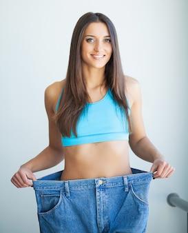 Dieta. conceito de dieta. mulher, em, sportswear, medindo, dela, cintura