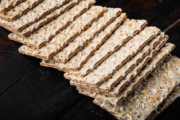 Dieta de grãos com pão torrado leve, no fundo da velha mesa de madeira escura