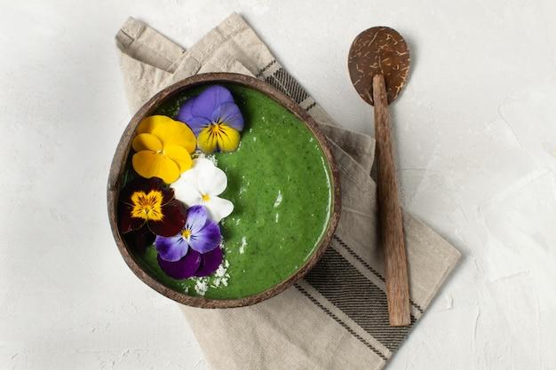 Dieta de primavera, desintoxicação do corpo, tigela de smoothie verde café da manhã saudável