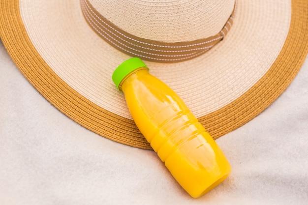 Dieta, desintoxicação e conceito de estilo de vida saudável. suco fresco em garrafa