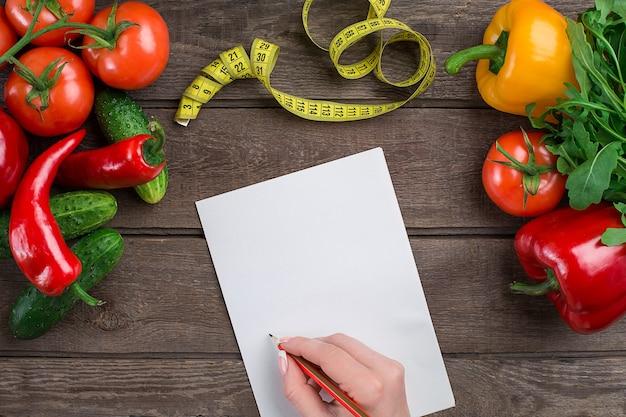 Dieta do conceito de plano de emagrecimento com simulação de vista superior de vegetais