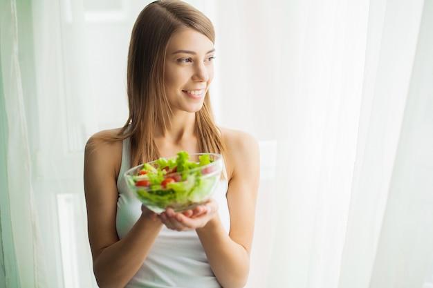 Dieta e alimentação saudável. mulher jovem, comer, salada saudável, após, malhação