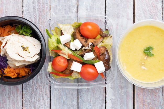 Dieta equilibrada de caixas de alimentos. sugestões de menu em catering com entrega. vista do topo