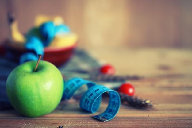 Dieta fruta maçã centímetro fundo de madeira
