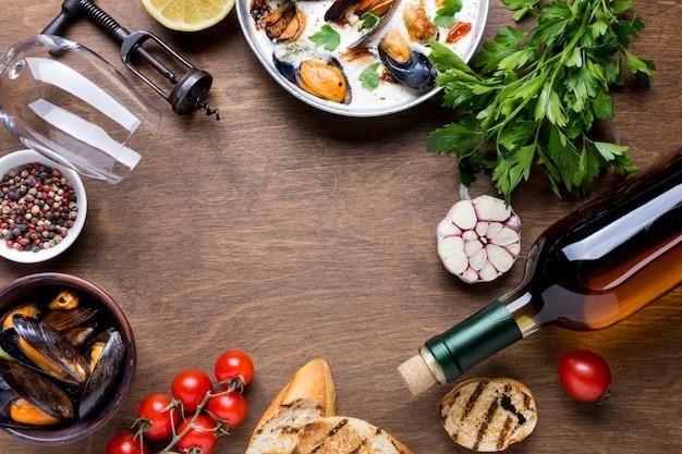 Dieta mediterrânea de quadro plano comida com mexilhões