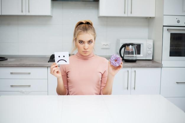 Dieta, mulher jovem e bonita escolhendo entre alimentos saudáveis e junk food