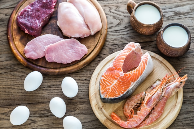 Dieta proteica: produtos crus na madeira