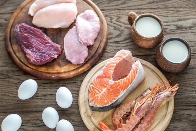 Dieta proteica: produtos crus na mesa de madeira