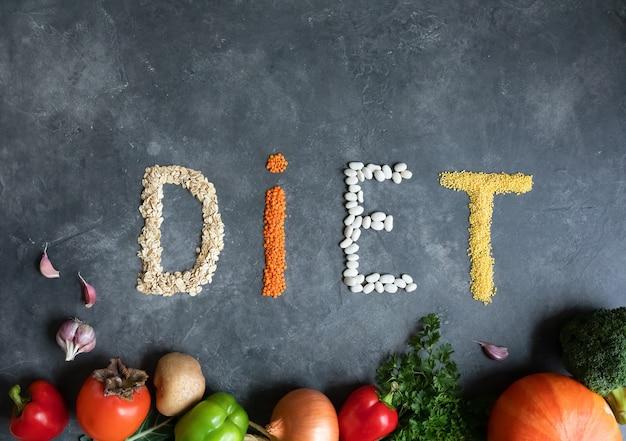 Dieta saudável com alimentos orgânicos em um mármore cinza escuro. comida saudável - vista superior. dieta limpa para comer. conceito de nutrição saudável. estilo de vida e alimentação.