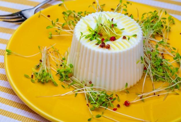 Dieta saudável e saudável queijo fresco e brotos frescos de alfafa. primeiro plano.