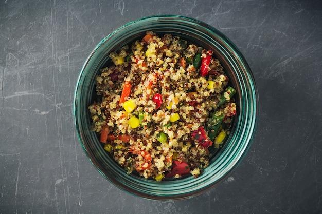 Dieta saudável, salada de quinoa com legumes coloridos.