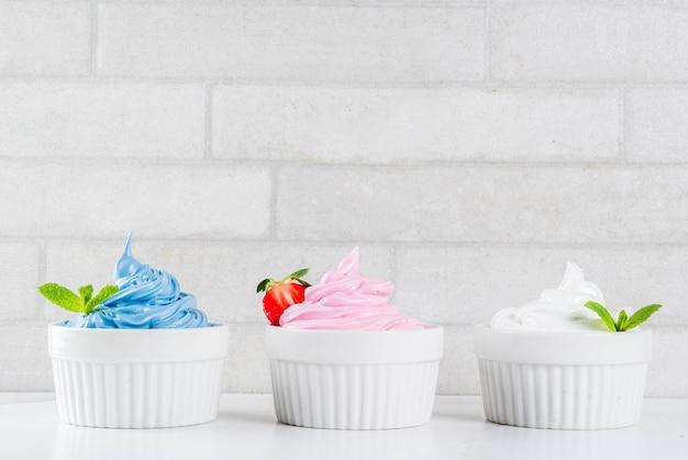 Dieta saudável sobremesa de verão, iogurte congelado de baunilha e amora ou sorvete macio em tigelas brancas