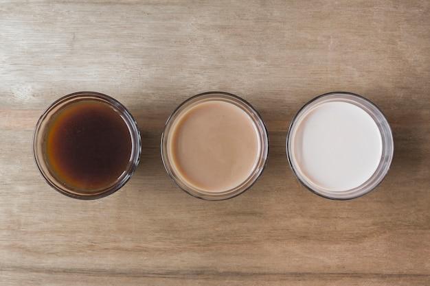 Diferente tipo de bebida no pano de fundo de textura de madeira