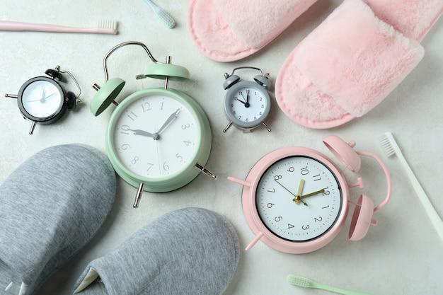 Diferentes acessórios de rotina para dormir na mesa branca