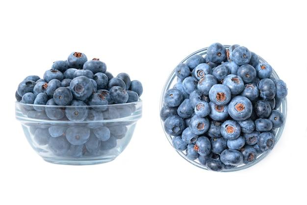 Diferentes ângulos de uma tigela cheia de mirtilos, isolados no fundo branco. prato de mirtilo maduro. alimentos orgânicos e saudáveis.