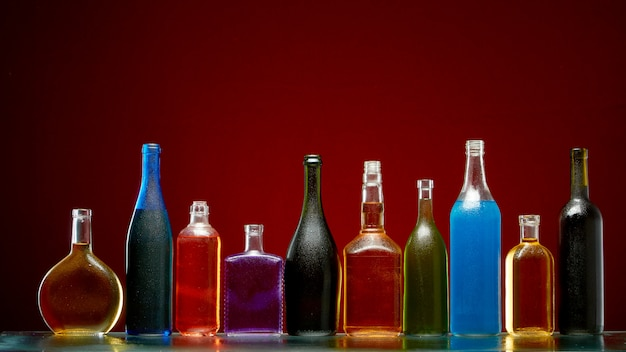 Diferentes bebidas alcoólicas em garrafas transparentes