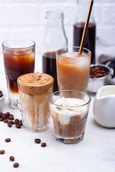 Diferentes bebidas de café frio na moda