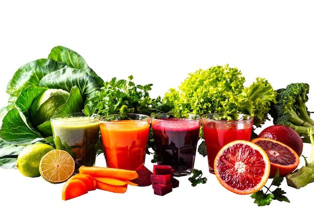 Diferentes bebidas veganas saudáveis com frutas e vegetais em fundo branco isolado.