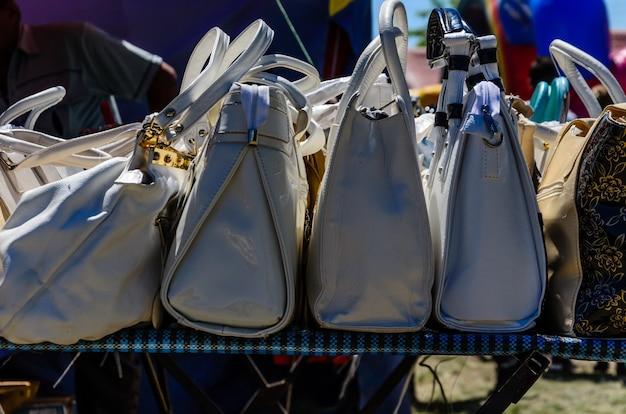 Diferentes bolsas femininas à venda em uma feira de rua