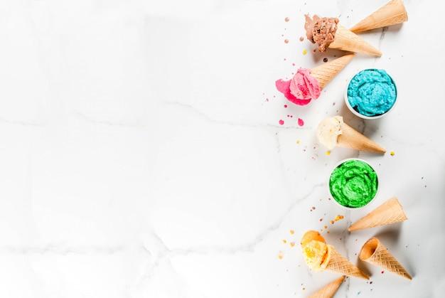 Diferentes caseiros derretendo sorvete em tigelas e cones de sorvete waffle