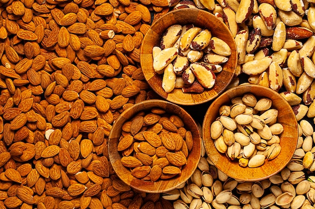 Diferentes castanhas brasileiras, pistache e amêndoa
