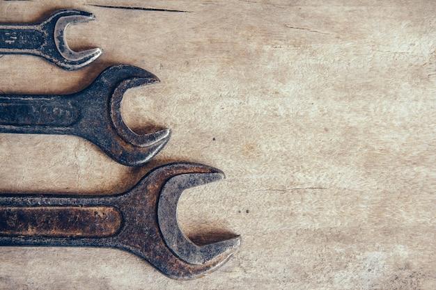 Diferentes chaves antigas em um fundo de madeira e espaço de cópia. vista do topo