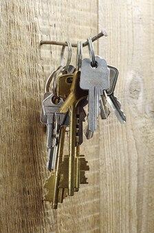 Diferentes chaves antigas em um fundo de madeira