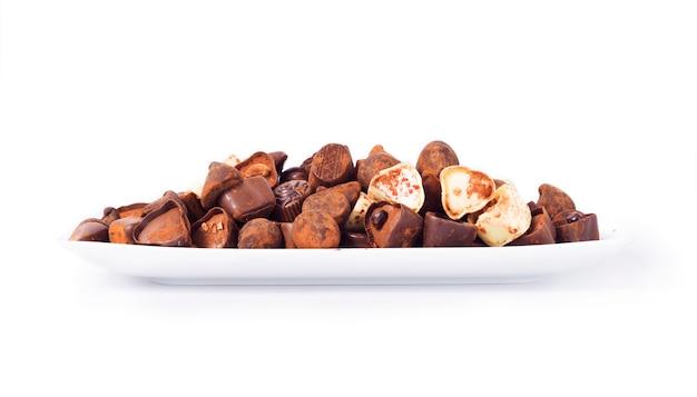 Diferentes chocolates em um branco