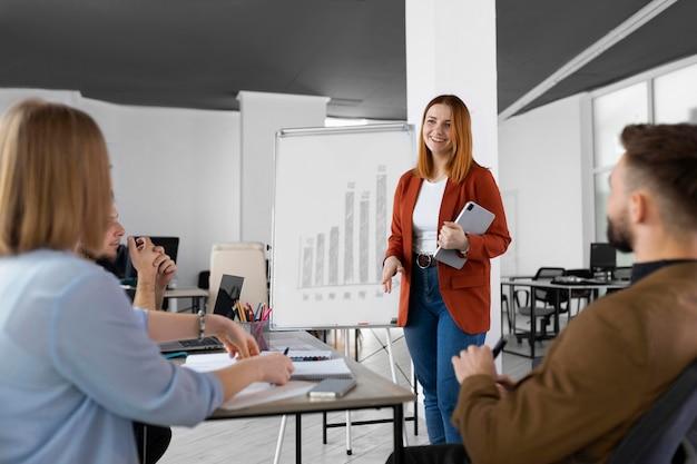 Diferentes colegas de trabalho em reunião de trabalho