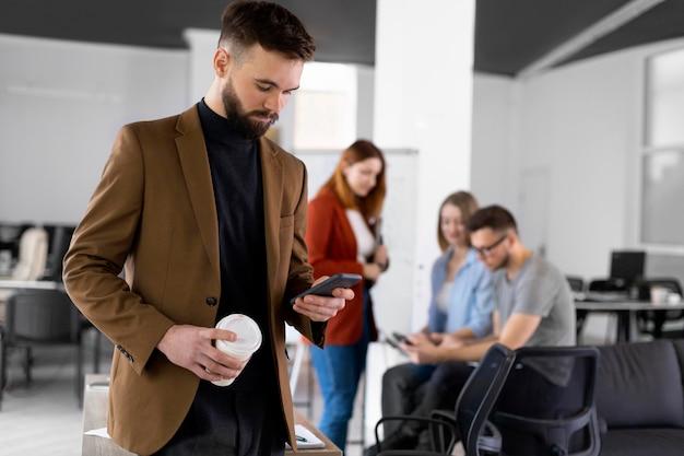 Diferentes colegas de trabalho em reunião