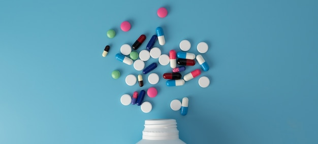 Diferentes comprimidos coloridos de remédios na mesa