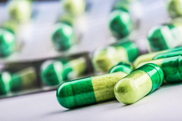 Diferentes comprimidos coloridos em fundo branco.
