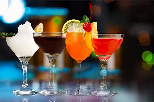 Diferentes coquetéis de bebidas alcoólicas com sabores de frutas, servidos em um bar chique - imagem