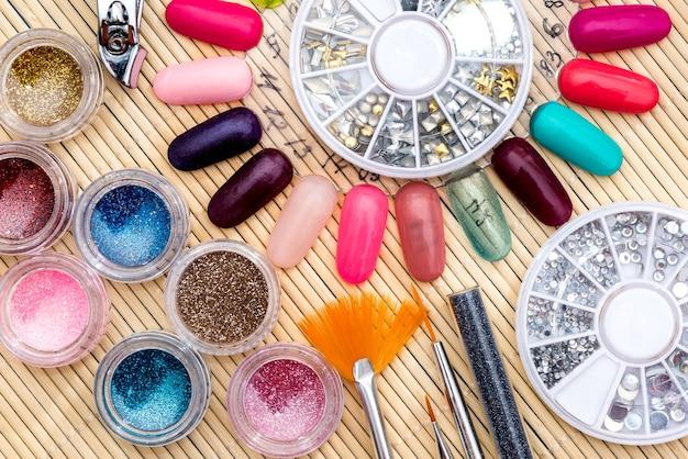 Diferentes cores de verniz, brilhos, cristais para unhas