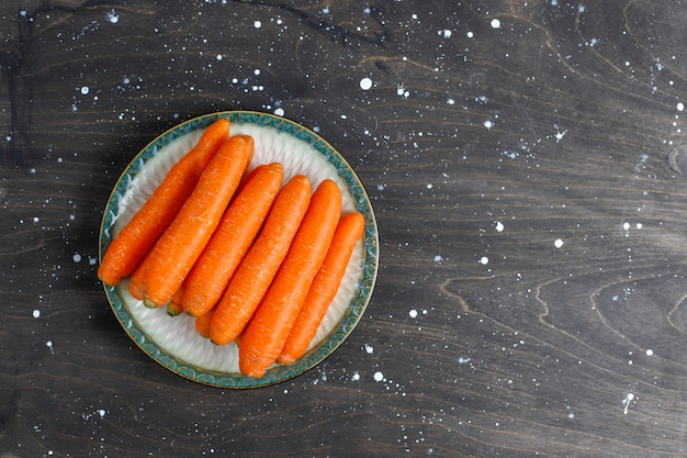 Diferentes cortes de cenoura em tigelas.