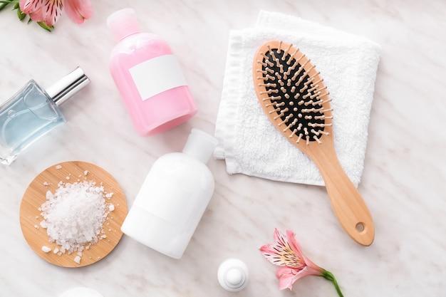Diferentes cosméticos para higiene pessoal na mesa branca