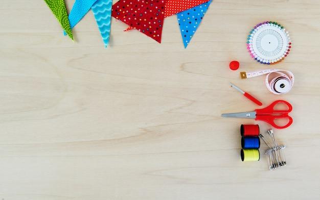 Diferentes elementos para costurar e costurar em uma mesa