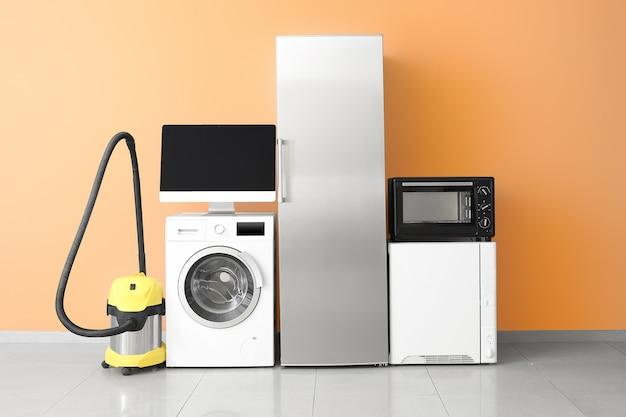 Diferentes eletrodomésticos perto da parede colorida