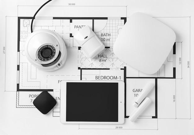 Diferentes equipamentos de sistema de segurança na planta da casa