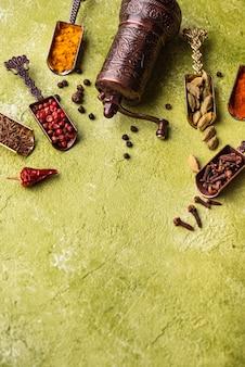 Diferentes especiarias asiáticas ou indianas em fundo verde-oliva
