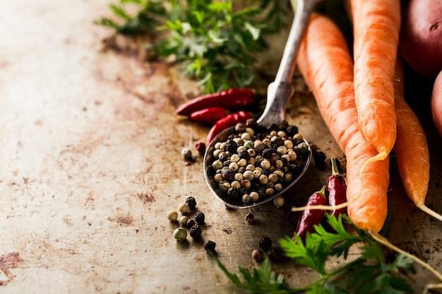 Diferentes especiarias ingredientes alimentares colher de metal antigo em fundo de bandeja de metal amarelo
