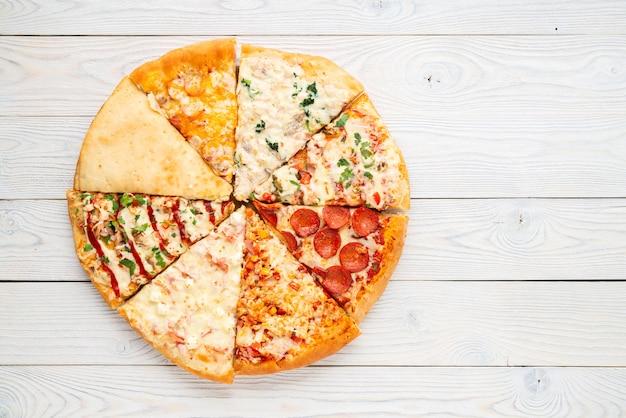 Diferentes fatias de pizza em um círculo, camada plana