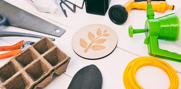 Diferentes ferramentas de jardinagem em uma mesa de madeira