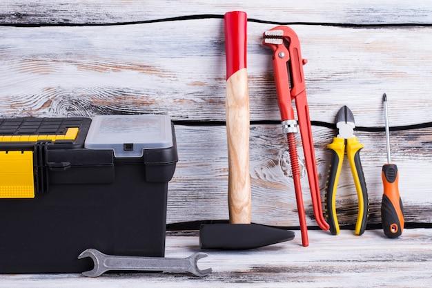 Diferentes ferramentas de reparo em fundo de madeira