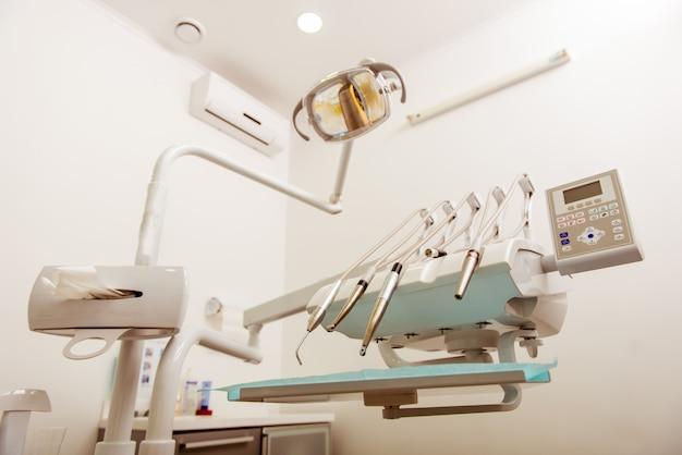 Diferentes ferramentas e dispositivos na clínica odontológica.