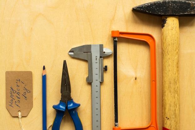 Diferentes ferramentas sobre fundo de madeira compensada
