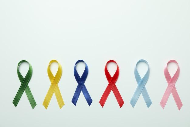 Diferentes fitas de conscientização multicoloridas em branco