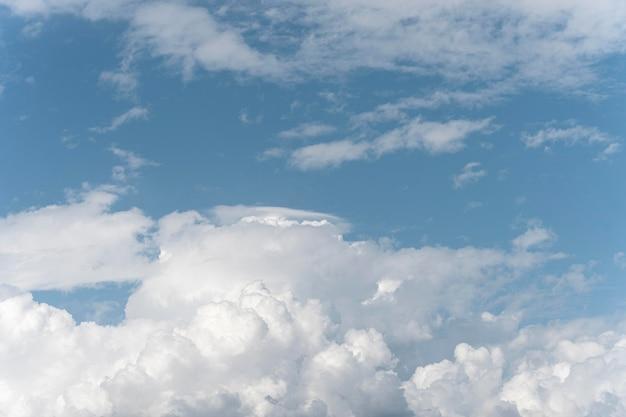 Diferentes formas de nuvens no céu